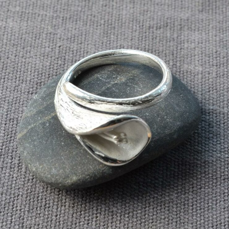 Silver blooming calla lily adorned on ring