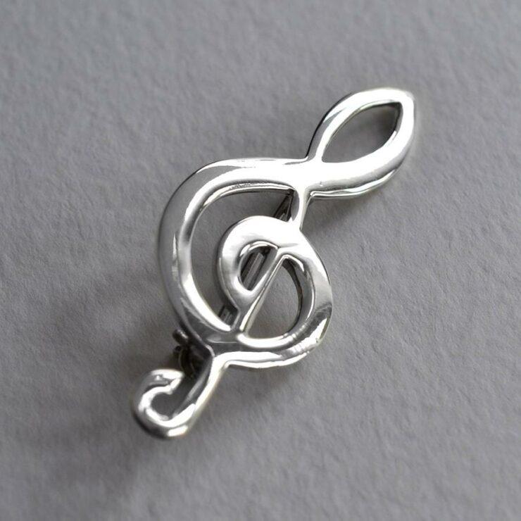 Silver plain treble clef brooch
